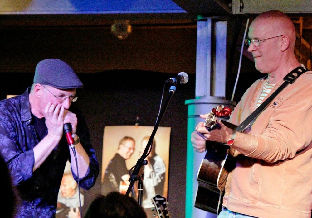 """Steve Baker (links) und Julian Dawson weihen die neuen Konzertreihe """"Bluenotes Gute Stube"""" ein. Foto: Privat"""