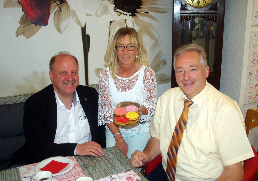 "Andreas Memmert, Anja Schaaf und Frank Oesterhelweg im Café ""Zuckerblume"". Foto: Henning Meyer"