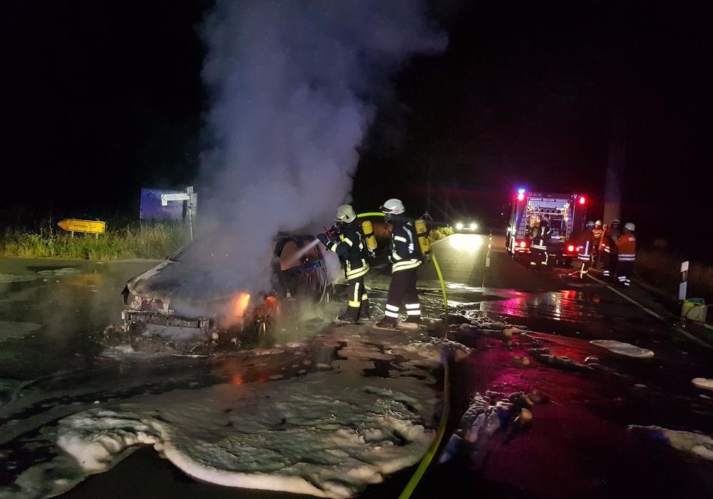 Trotz des schnellen Eingriffs der Feuerwehr brannte das Fahrzeug komplett aus. Foto: Samtgemeindefeuerwehr Meinersen, Schaffhauser
