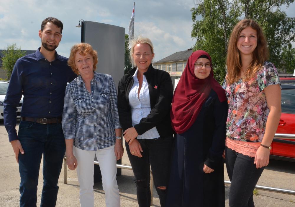 Bastian Thiedau leitet das Team der Flüchtlings- und Migrationshilfe des DRK Wolfenbüttel mit Antje Mönig, Wibke Perl, Hülya Dogan und Aline Gauder (v. li.). Fotos: DRK