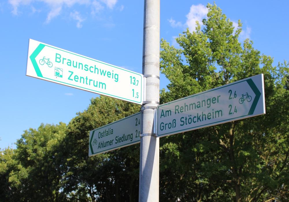 Schilder weisen Radfahrern den Weg. Foto: Max Förster