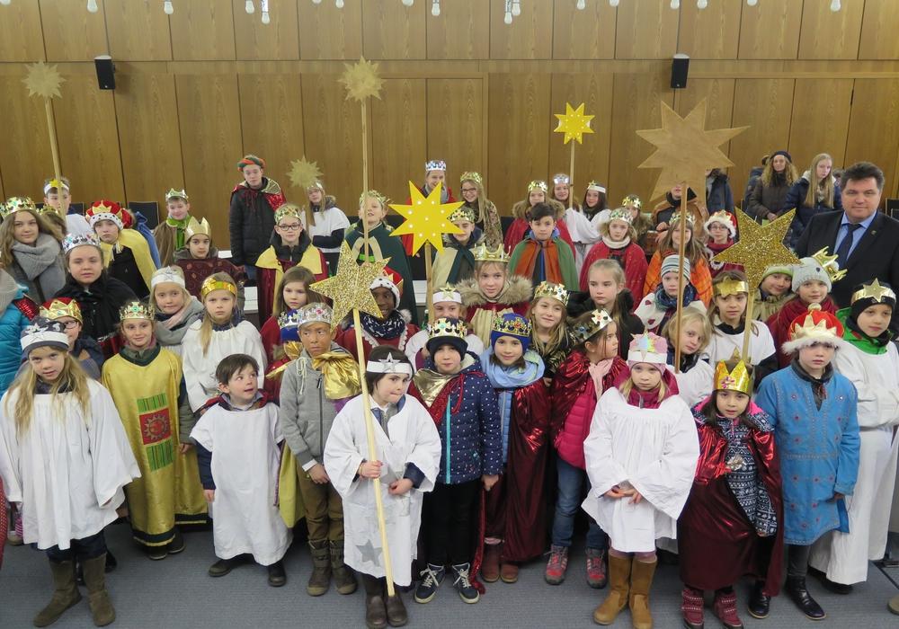 Rund 60 Schulkinder besuchten als Sternsinger verkleidet die Kreisverwaltung. Foto: Landkreis Wolfenbüttel