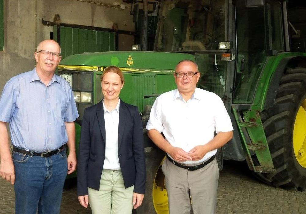 Vor dem Traktor setzten (v. l.) Gerhard Schwetje, Martina Sharman und Andreas Meißler ihre Unterredung fort. Foto: privat