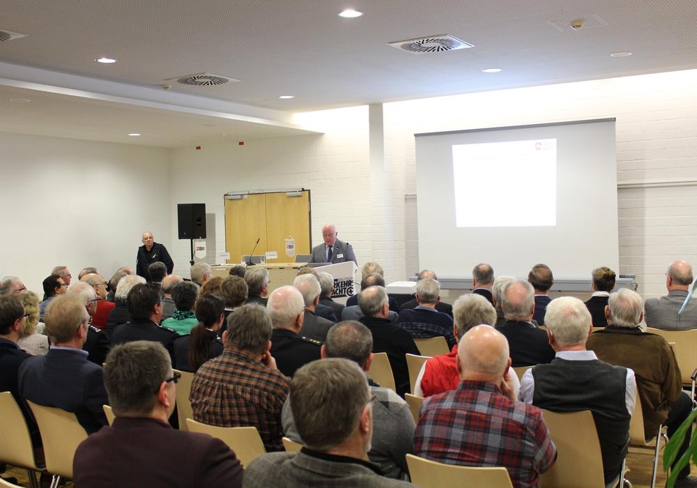 Wolfgang Gürtler, Vorsitzender der Verkehrswacht Wolfenbüttel, begrüßte die Gäste in der Lindenhalle. Fotos: Jan Borner
