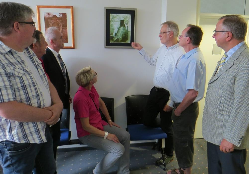 Auch Landrat Thomas Brych und AOK-Regionaldirektor Rainer Rinne ließen sich bei einem Rundgang durch die Ausstellung Details zu den Motiven und Techniken erläutern. Foto: AOK
