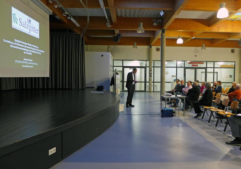 Stadtbaurat Michael Tacke (stehend) spricht mit Bürgern über die Umgestaltung des Spielplatzes. Foto: Stadt Salzgitter