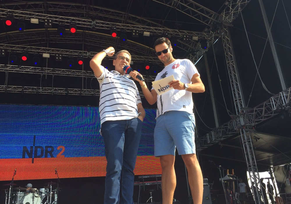 Thomas Pink verkündet live auf der Bühne, dass das Festival auch im nächsten Jahr wieder in der Stadt sein wird. Foto: Anke Donner