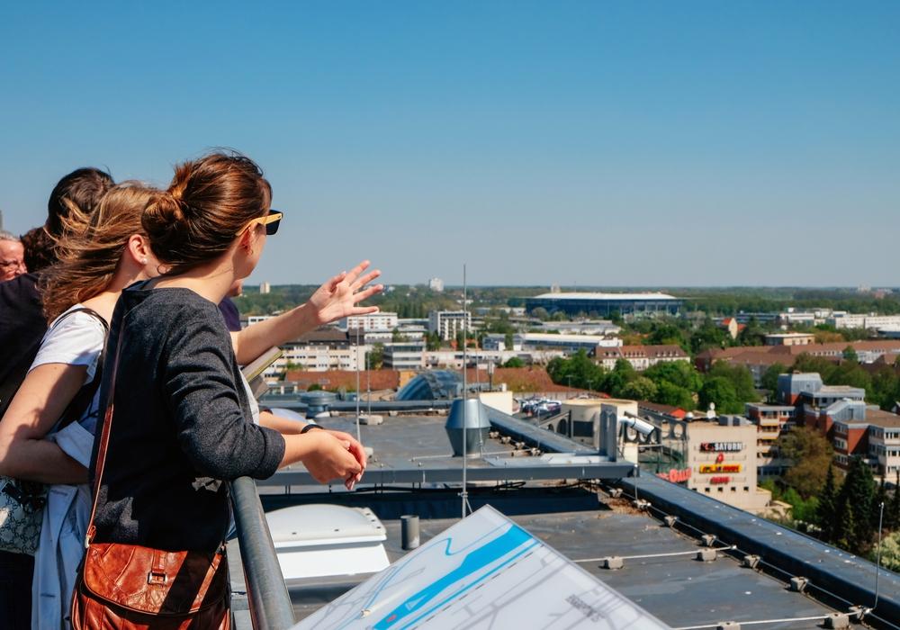 Das Rathausdach bietet einen weiten Blick über Wolfsburg. Foto: WMG Wolfsburg