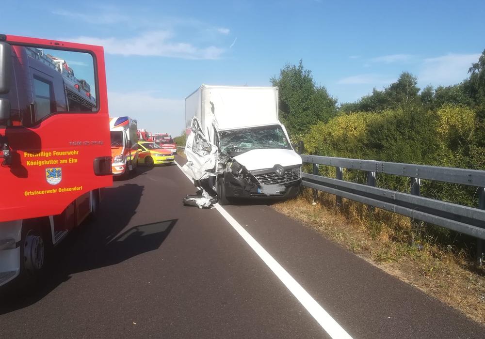 Fahrer und Beifahrer des Transporters wurden bei der Kollision verletzt. Fotos: Feuerwehr Ochsendorf