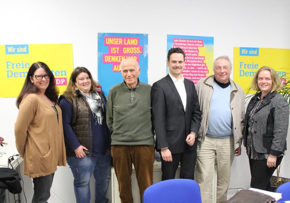 Der neue FDP Stadtvorstand(von links) Susanne Sperling, Sina Ciesielski, Werner Schröder, Pierre Balder, Gerriet D. Hinrichs, Vera Steiner. Foto: Privat