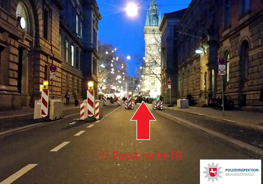Diesen Weg versuchte ein Audi-Fahrer und musste feststellen, dass es nicht passt. Fotos: Polizei Braunschweig