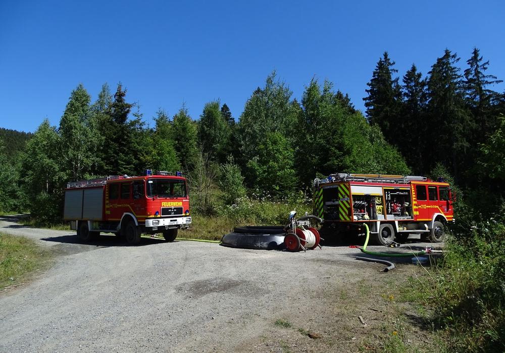 Die Feuerwehr musste eine Wasserübergabestelle errichten, um vor Ort genug Löschwasser zur Verfügung zu haben. Fotos: Feuerwehr Bad Harzburg
