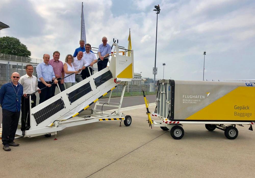 Der Aufsichtsrat der Flughafengesellschaft begutachtete den neuen Markenauftritt auf dem Vorfeld. Foto: Flughafen Braunschweig-Wolfsburg