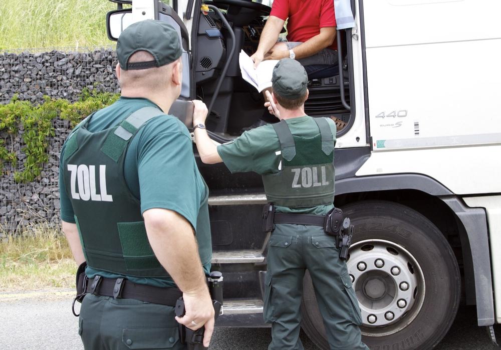 Bei Kontrollen des Zolls werden neben der Ladung auch immer die Personen überprüft. Symbolfoto: Zoll