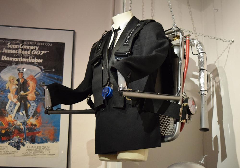 Vom Jetpack bis zur Filmklappe - die Geschichte rund um die James- Bond-Filme ist nur noch für kurze Zeit im Goslarer Museum zu erleben. Fotos: Stadt Goslar
