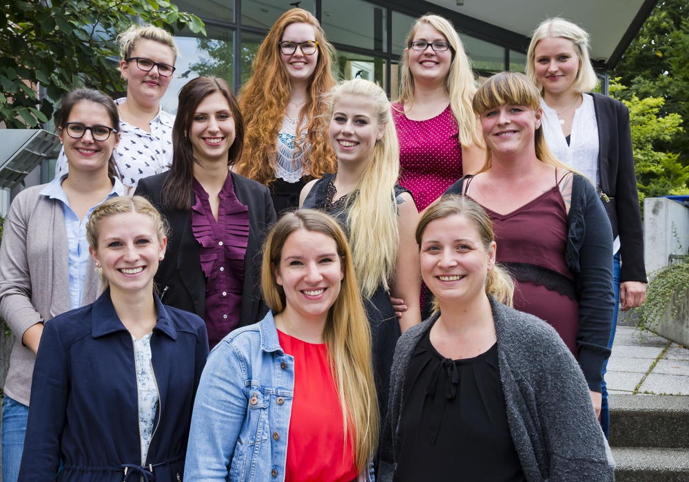 "Freudig dürfen sich nun elf Absolventinnen ""Hebamme"" nennen. Foto: Klinikum Braunschweig / Jörg Scheibe"