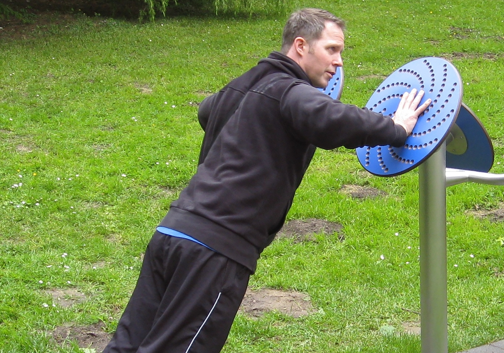 Bildunterschrift: Michael Fehst trainiert am 18. August mit Interessierten beim Treffpunkt Fitness im Generationenpark. Foto: Stadt Wolfenbüttel