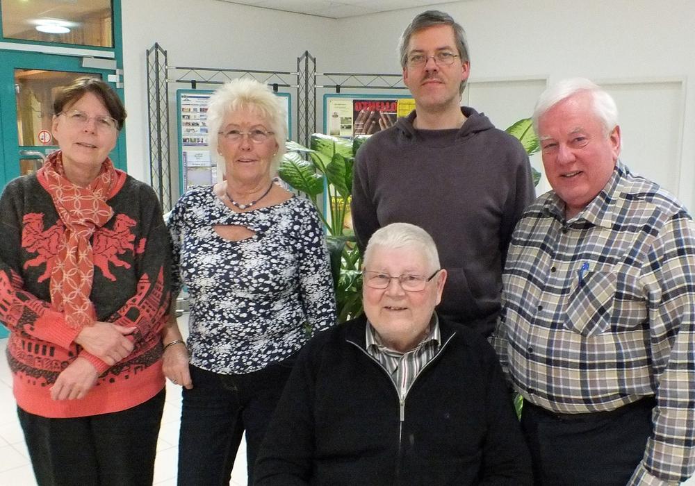 Der Vorstand des ADAC-Ortsclubs Helmstedt wurde für weitere zwei Jahre gewählt. v.l.n.r: Karin Bottke, Jutta Geißler, Christian und Heinz Bottke sowie davor Achim Klaffehn. Foto: ADAC Ortsclub Helmstedt