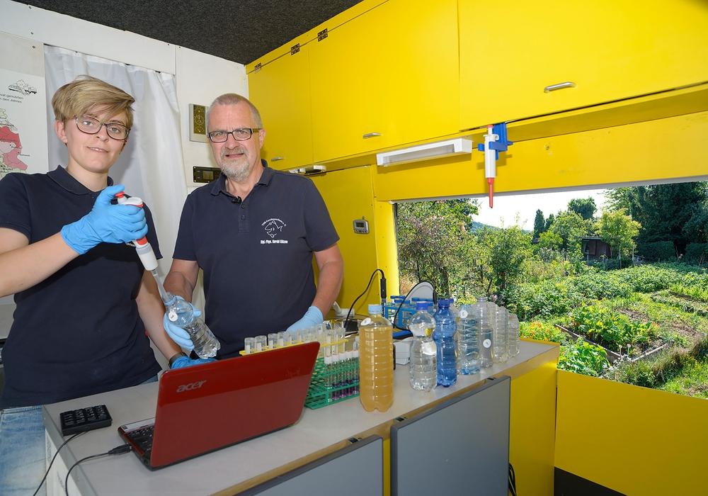 Harald Guelzow und Lina Remme im Labormobil. Foto: VSR-Gewässerschutz e.V.
