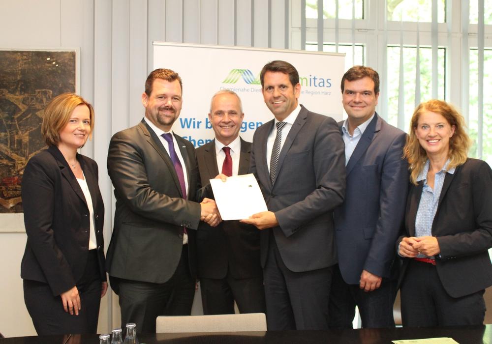 Niedersachsens Wirtschaftsminister Olaf Lies übergab am Montagvormittag den  Förderbescheid an das Chemienetzwerk Harz. Fotos: Landkreis Goslar