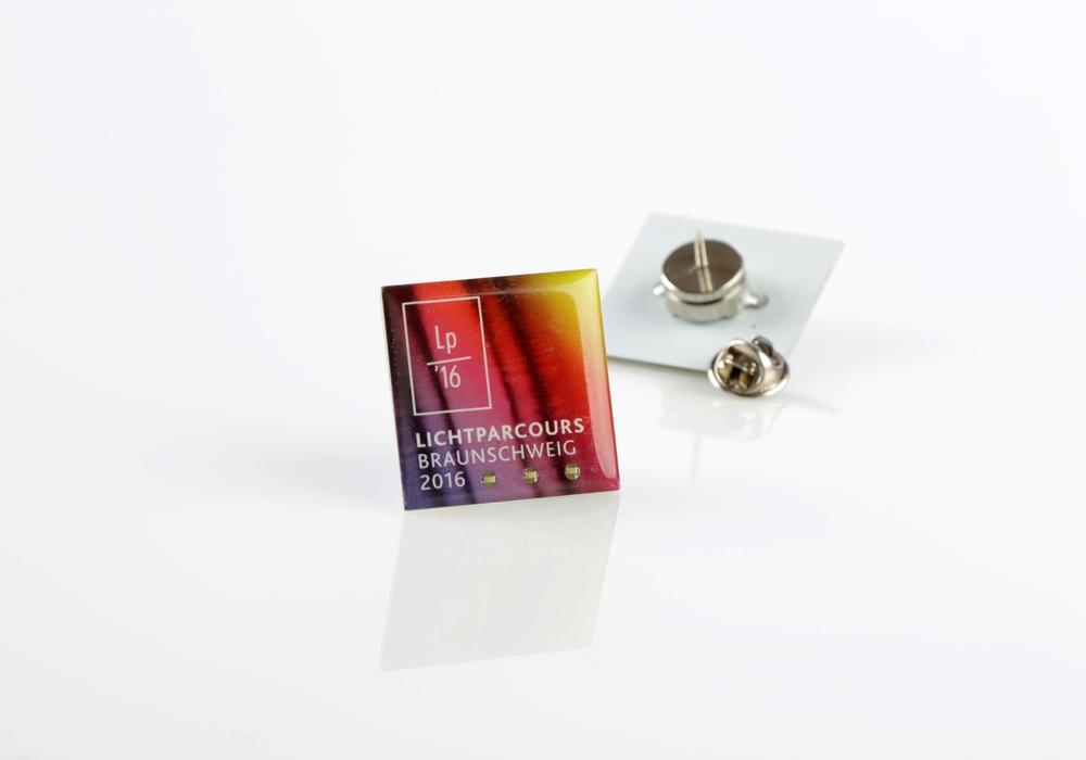 Der blinkende Lichtparcours-Pin ist ein leuchtendes Andenken an die Kunstaktion. Foto: Braunschweig Stadtmarketing GmbH / Sascha Gramann