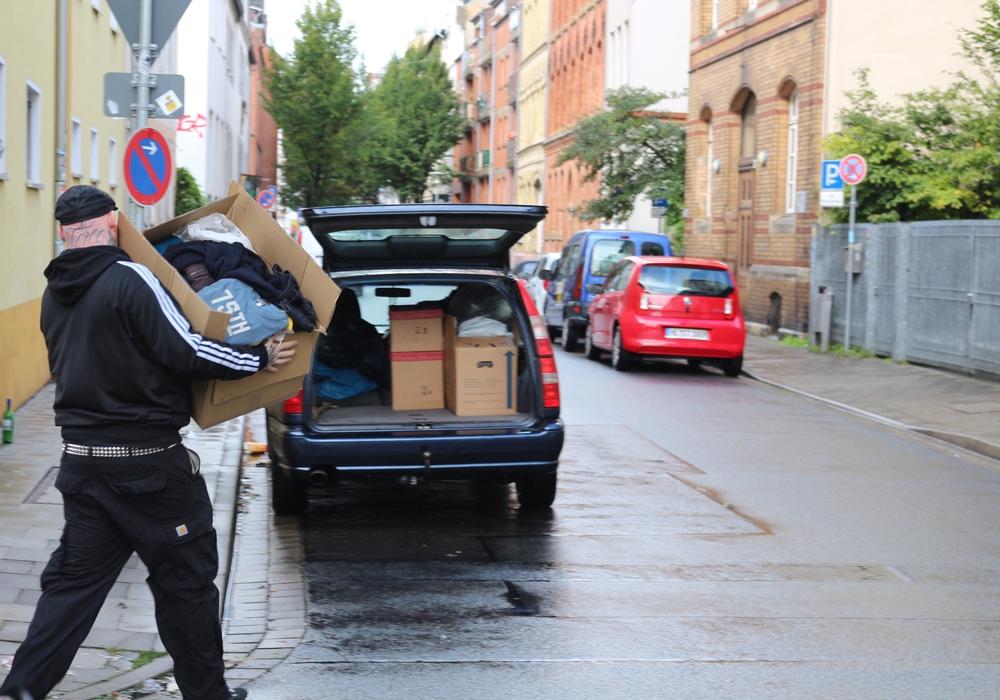 Und wieder wird ein Auto vollgeladen und ins Lager gefahren, die Hilfsbereitschaft der Braunschweiger ist sehr groß. Foto: Robert Braumann