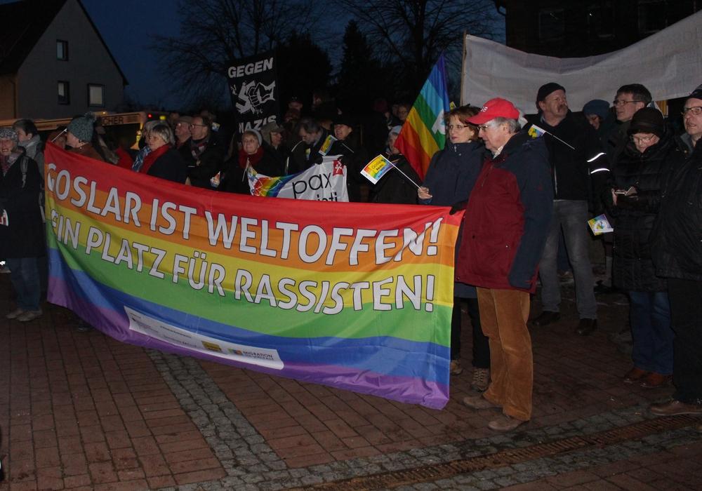Die Gegendemonstranten waren den Rechten zahlentechnisch deutlich überlegen. Fotos: Jonas Walter