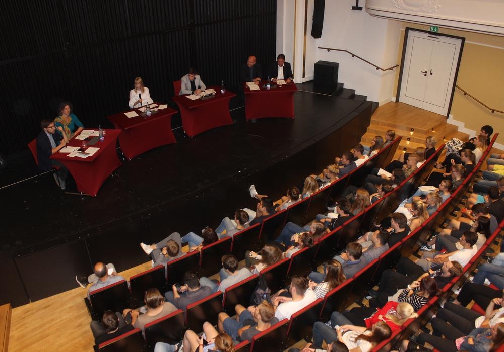Im Lessingtheater fand am Dienstag eine Podiumsdiskussion mit Schülern des Gymnasium im Schloss und den Bundestagsabgeordneten für den Wahlkreis Wolfenbüttel/Salzgitter statt. Fotos: Anke Donner