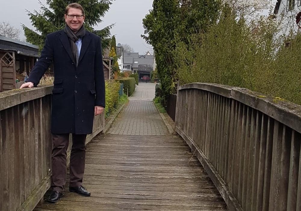 Bürgermeister Kelb auf der Wabebrücke zwischen Pfingstanger und Am Bache in Sickte. Die Gemeinde Sickte lässt die Brücke im April 2019 sanieren. Fotos: Gemeinde Sickte