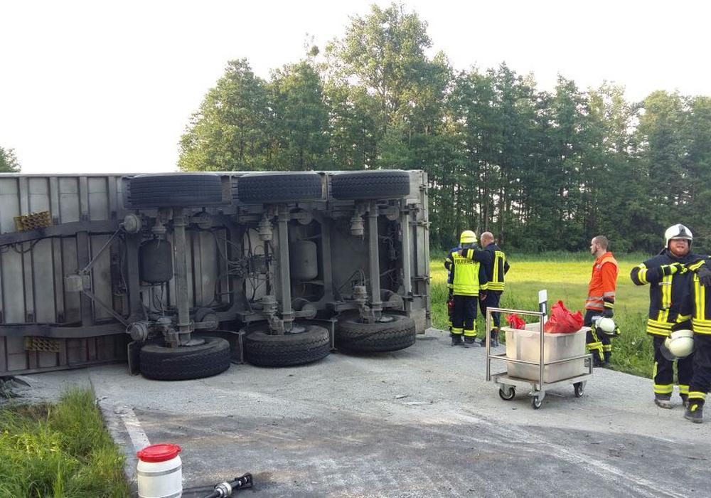 Der umgekippte Laster sorgte für eine Sperrung der B 244. Fotos: Kreisfeuerwehrpressestelle Helmstedt/Andreas Meißner