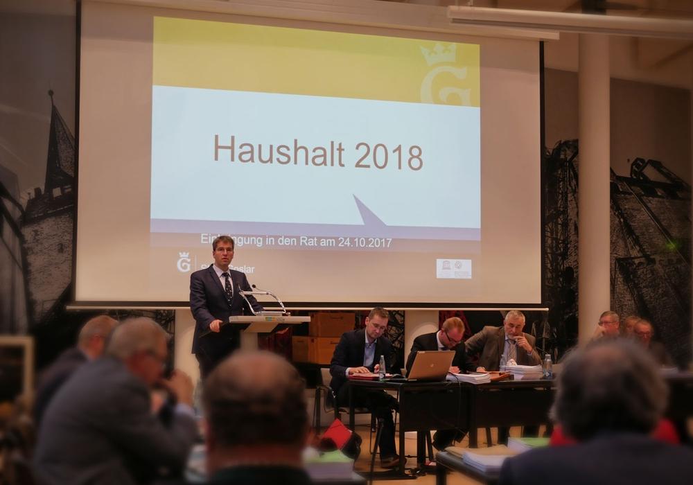 Junk kommentiert auf der Ratssitzung den Haushalt 2018. Foto: Alexander Panknin