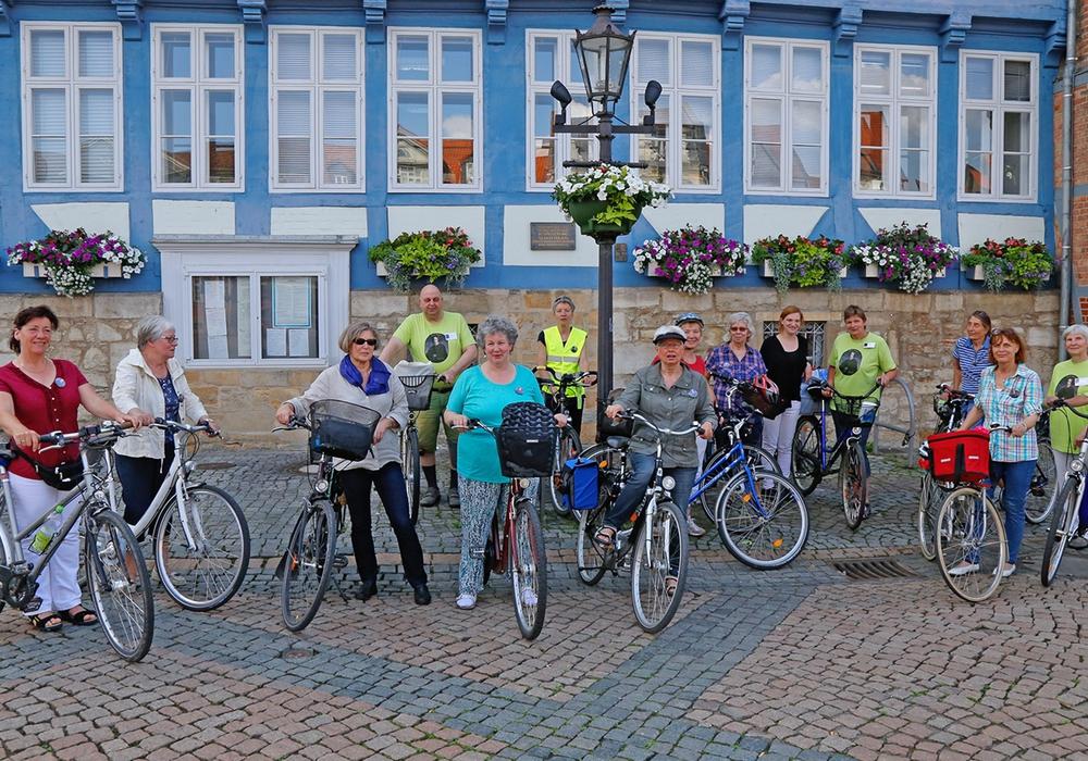 """Die Arbeitsgruppe """"frauenORT Henriette Breymann"""" nutzt auch in diesem Jahr wieder das STADTRADELN, um das Wirken Breymanns Interessierten näher zu bringen. Die Fahrradtour am Freitag, 3. Juni 2016, begann am Rathaus. Foto: Stadt Wolfenbüttel"""