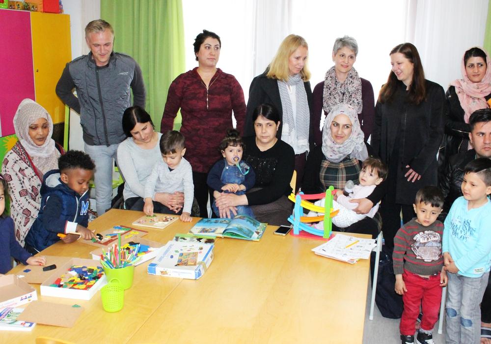 Stolz präsentieren die Kinder zusammen mit ihren Eltern und den Verantwortlichen die neuen Kinderräume in der Flüchtlingsunterkunft Hafenstraße. Fotos: Sandra Zecchino