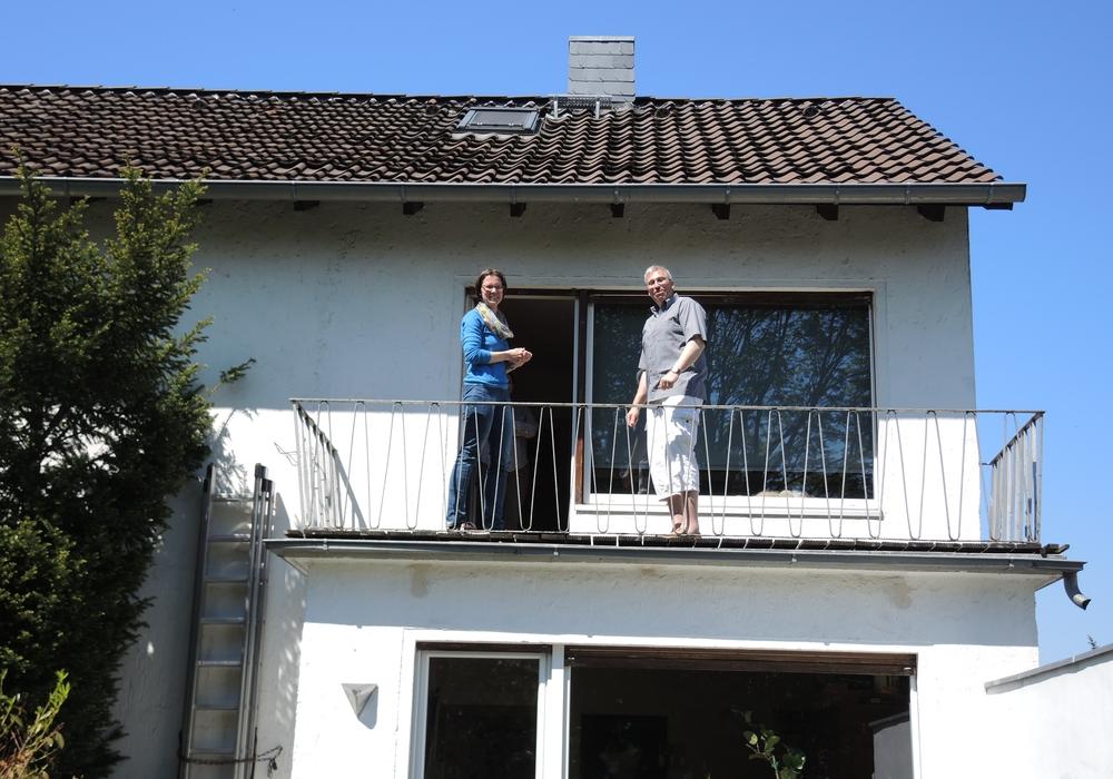 Sylke Adam vom Landkreis Wolfenbüttel und Wolfgang Diener bei der Besichtigung der Dachfläche. Foto: Landkreis Wolfenbüttel