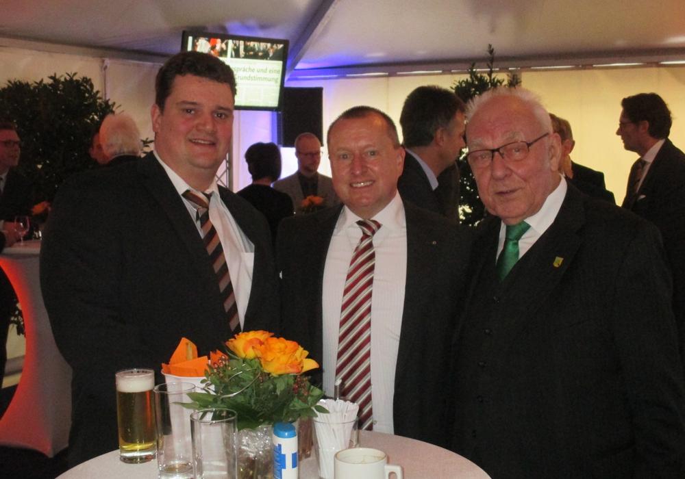 Beim Neujahrsempfang der Volksbank BraWo hatte Steffen Krollmann (mitte) viele Tischgespräche, im Bild mit den Sicktern Dieter Lorenz  (rechts) und Dirk Loges. Foto: Privat