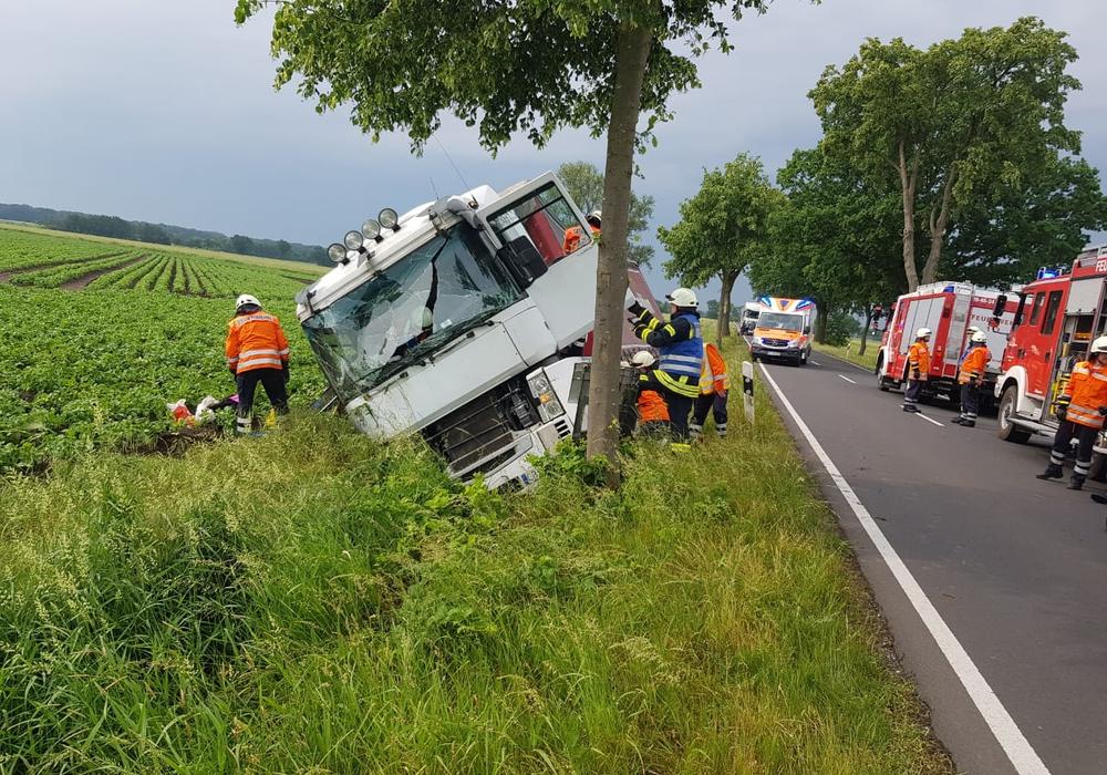 An dem LKW entstand Totalschaden. Foto: Samtgemeindefeuerwehr Meinersen