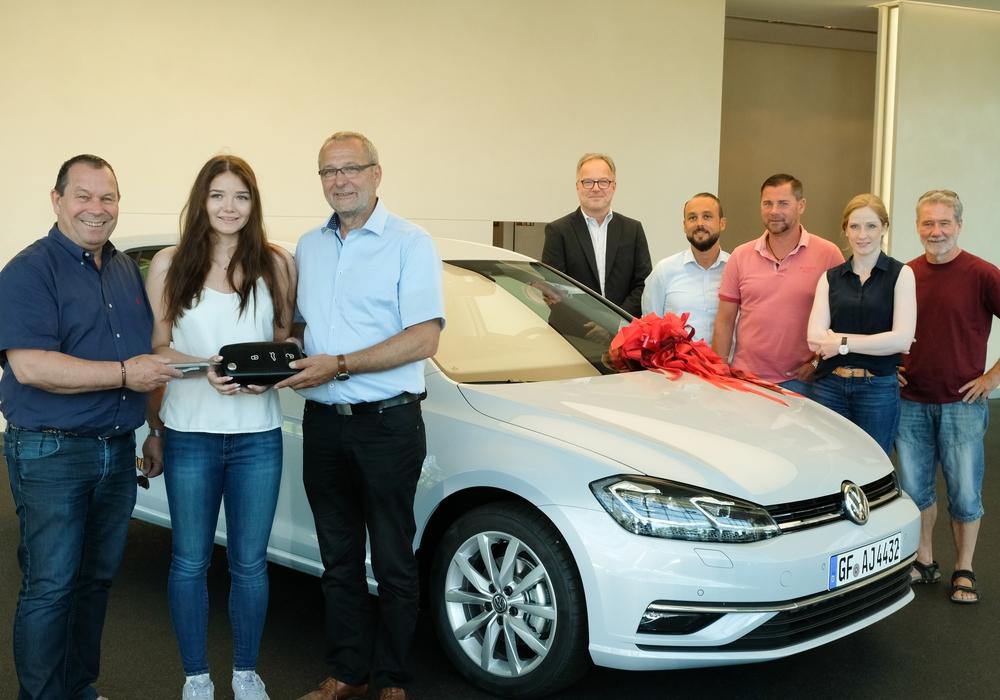 Glücklich nimmt die tochter ihren neuen VW-Golf in Empfang. Foto: IG Metall Wolfsburg