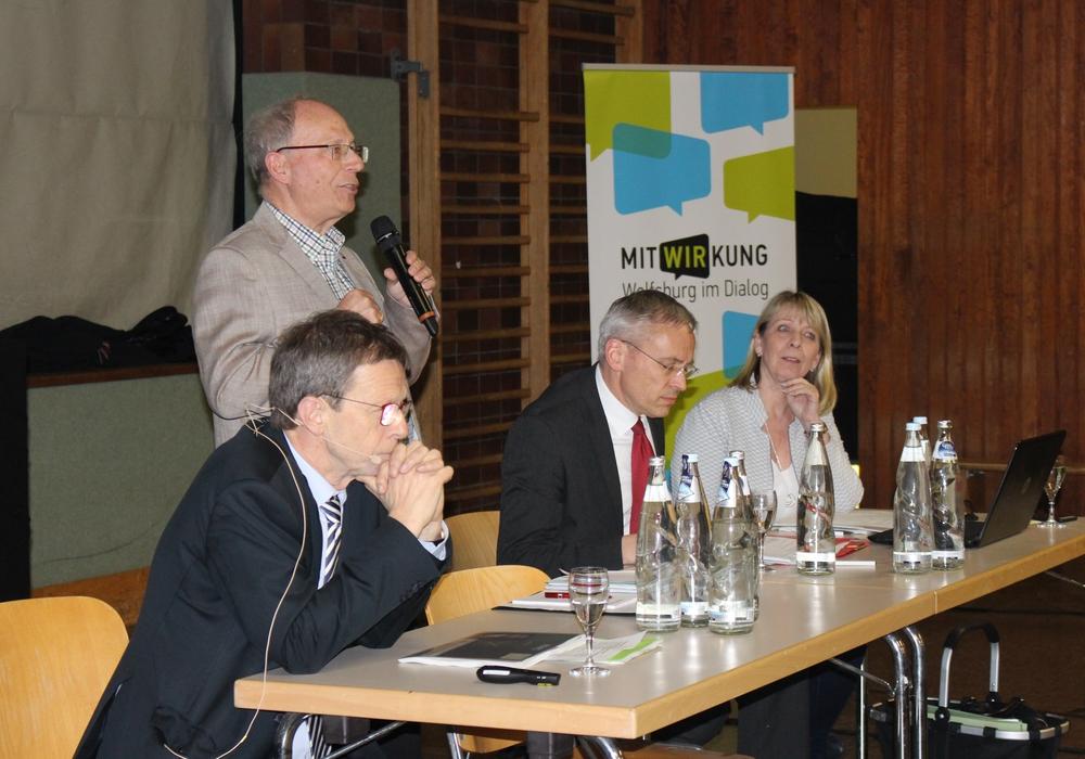 Oberbürgermeister Klaus Mohr (l.) und Stadtbaurat Kai-Uwe Hirschheide (2.v.r.) stellten sich den Fragen der Bürger in Reislingen. Fotos: Eva Sorembik