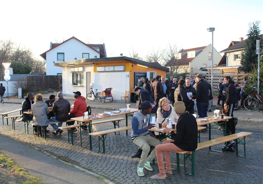 Ein Beisammensein für den Austausch zwischen Anwohnern, Flüchtlingen und Interessierten. Foto: Jan Borner