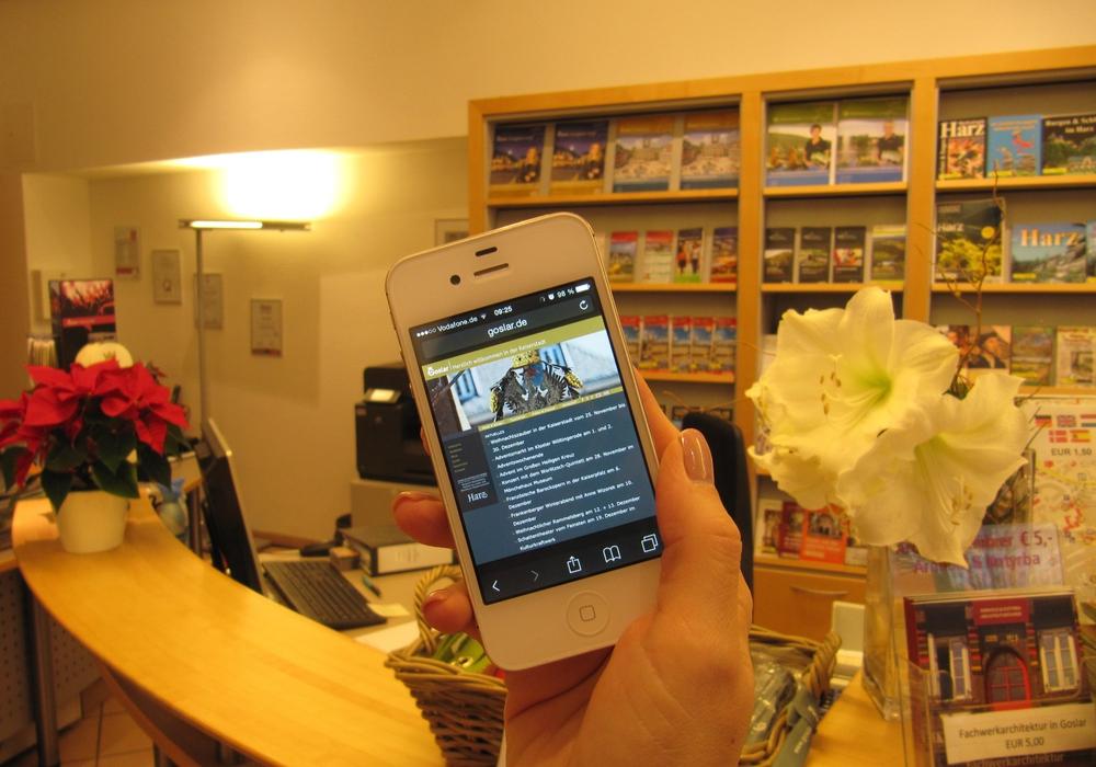 Surfen vor der Tourist-Info Goslar und Hahnenklee ist jetzt kostenlos möglich. Foto: Goslar marketing gmbh