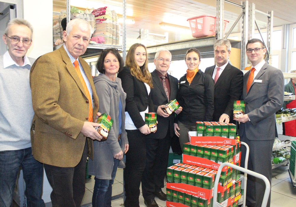 Die Volksbank Nordharz eG übergab am Dienstag die Spende an die Tafel Goslar. Hier konnten 300 Pakete Kaffee und Arbeitsmaterialien übergeben werden. Fotos: Anke Donner