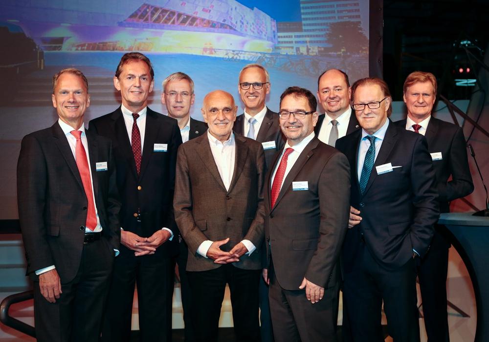 Klaus Lüdiger (Vorstand der Sparkasse Gifhorn-Wolfsburg), Gerhard Döpkens (Vorstandsvorsitzender der Sparkasse Gifhorn-Wolfsburg), Kai-Uwe Hirschheide (Stadtbaurat Wolfsburg), Gastreferent Martin Kind, Kay Hoffmann (Vorstand der Sparkasse Gifhorn-Wolfsburg), Sabah Enversen (stellv. Aufsichtsratsvorsitzender der WMG), Holger Stoye (Geschäftsführer der WMG), Harald Vespermann (Aufsichtsratsvorsitzender der WMG), Joachim Schingale (Geschäftsführer der WMG). Foto: WMG Wolfsburg, Janina Snatzke