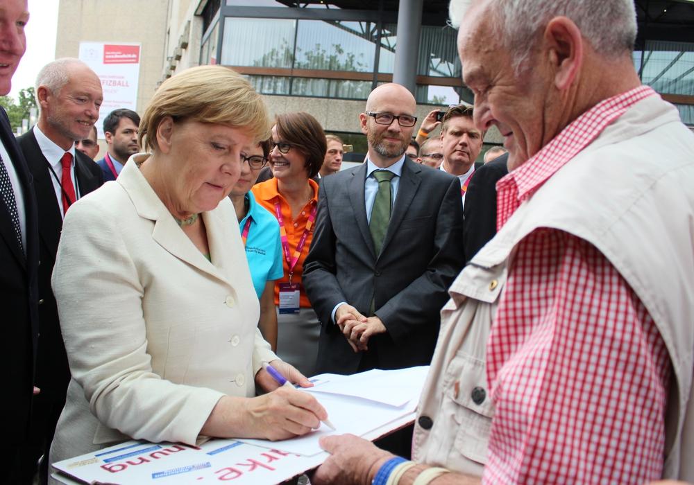 Angela Merkel gab dem standhaften Wolfgang Wolters ein Autogramm und tauschte sich kurz mit ihm aus. Foto: Nick Wenkel