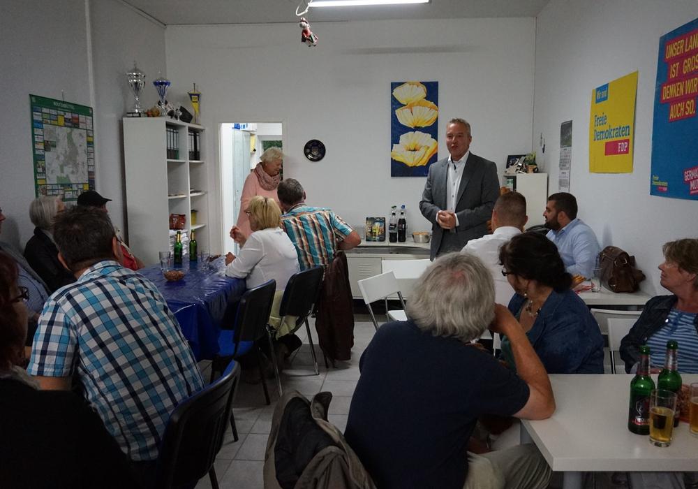 Die Gäste des FDP-Sommergrillens lauschten zum Auftakt den Ausführungen des Landtagsabgeordneten Dr. Marco Genthe (stehend). Foto: Privat