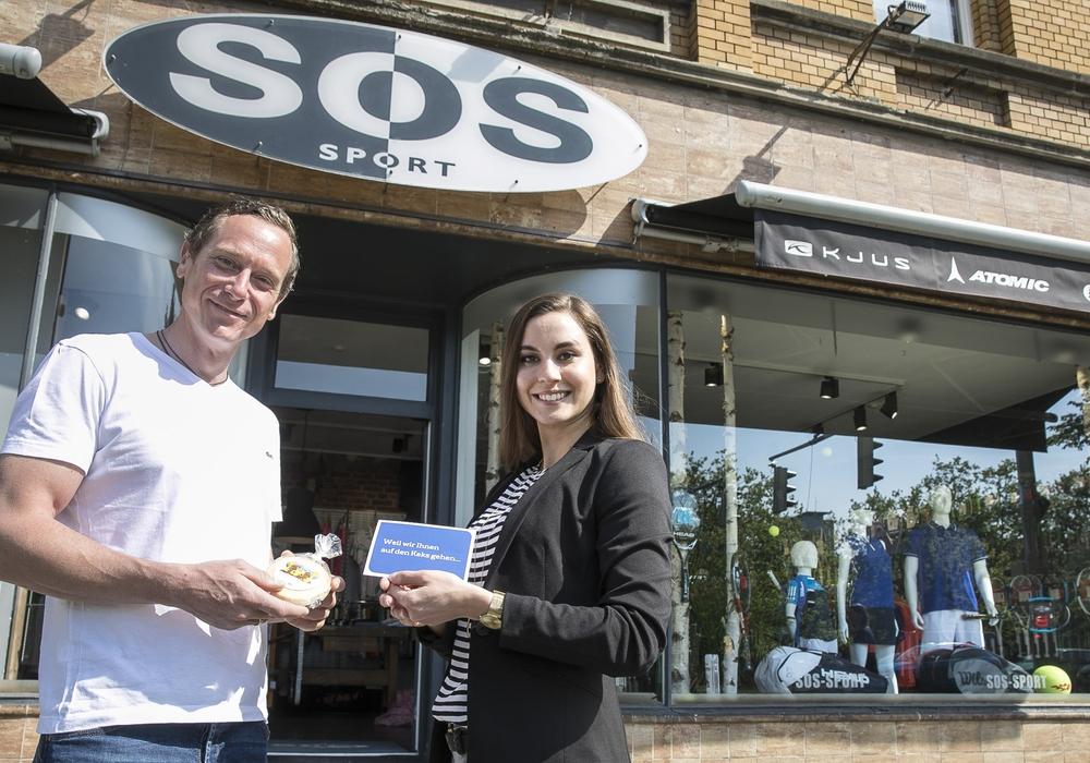 SOS-Geschäftsinhaber Oliver Nieß freute sich über das Geschenk von SE|BS-Pressesprecherin Melanie Bergmann. Foto: Peter Sierigk
