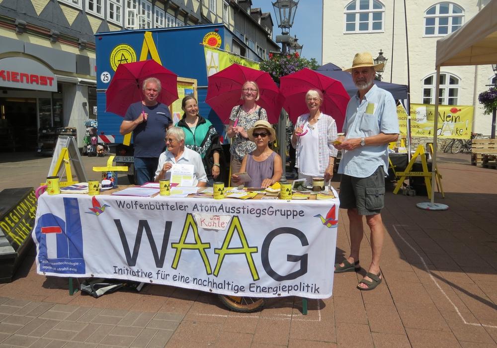 """Stand der WAAG auf dem Wolfenbütteler Umweltmarkt am 9. Juni. Die Schirme sind keine Regenschirme, sondern """"Rettungsschirme für die Asse"""". Diese wurden allerdings auch als Sonnenschirme genutzt. Foto: WAAG"""