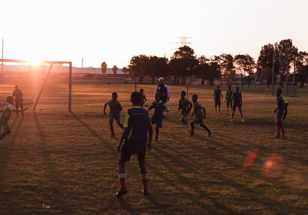 Wildes Treiben auf dem Feld bei der Young Bafana Soccer Academy. Foto: Jan Heumann