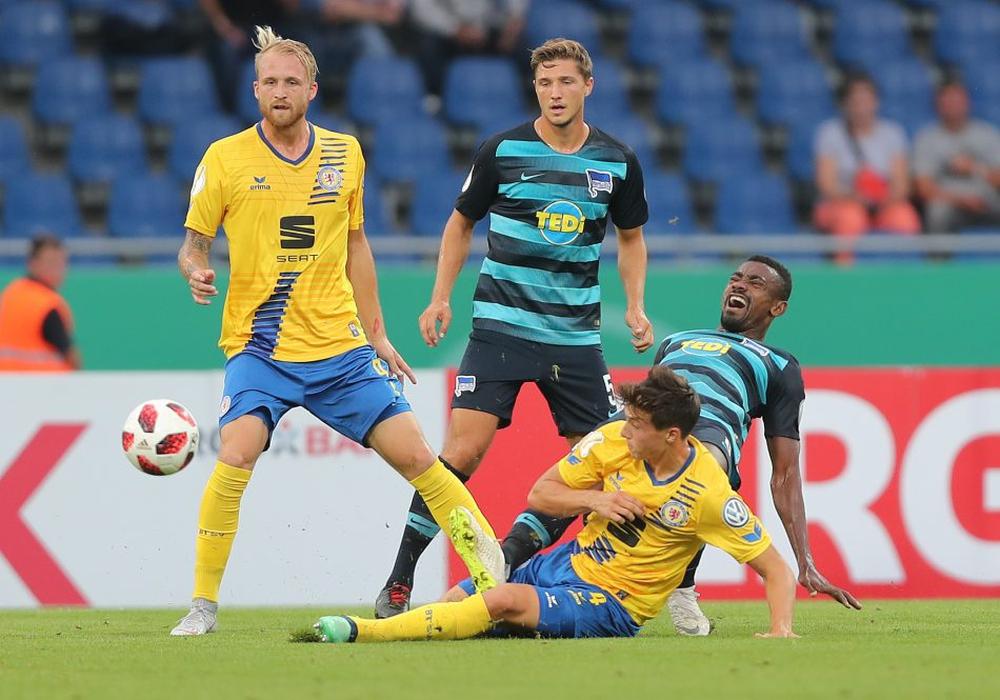 Intensiver Schlagabtausch mit dem Bundesligisten: Malte Amundsen grätscht gegen Salomon Kalou. Fotos: Agentur Hübner