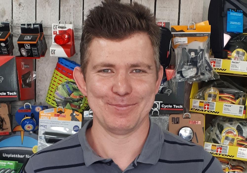 """Jan Werner, Geschäftsführer von """"MyBikes"""" in Wolfenbüttel, stiftet zusätzliche Preise als Ansporn. Foto: AOK Niedersachsen"""