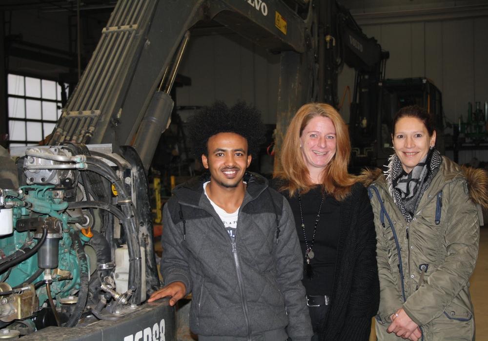 Hintsa und Susanne Meyer (Mitte) freuen sich über die Zusammenarbeit. Foto: Agentur für Arbeit